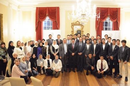 العيسى يلتقي طلاب الثانوية الملتحقين في برنامج هارفارد الصيفي